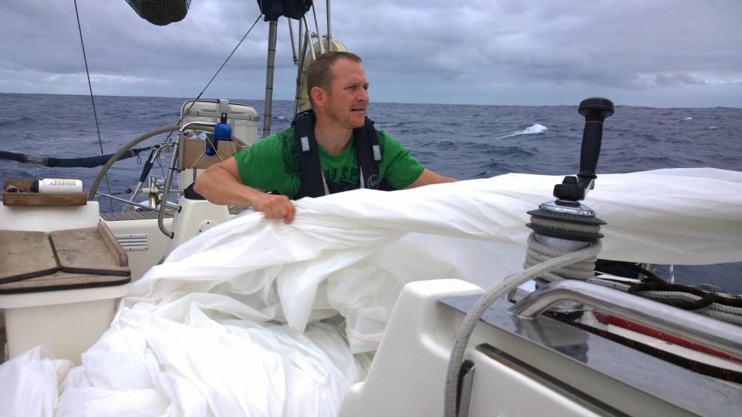 Porukka vetää ketjussa codea merestä. Perttu on sitloodassa vetämässä purjeen turvaan.