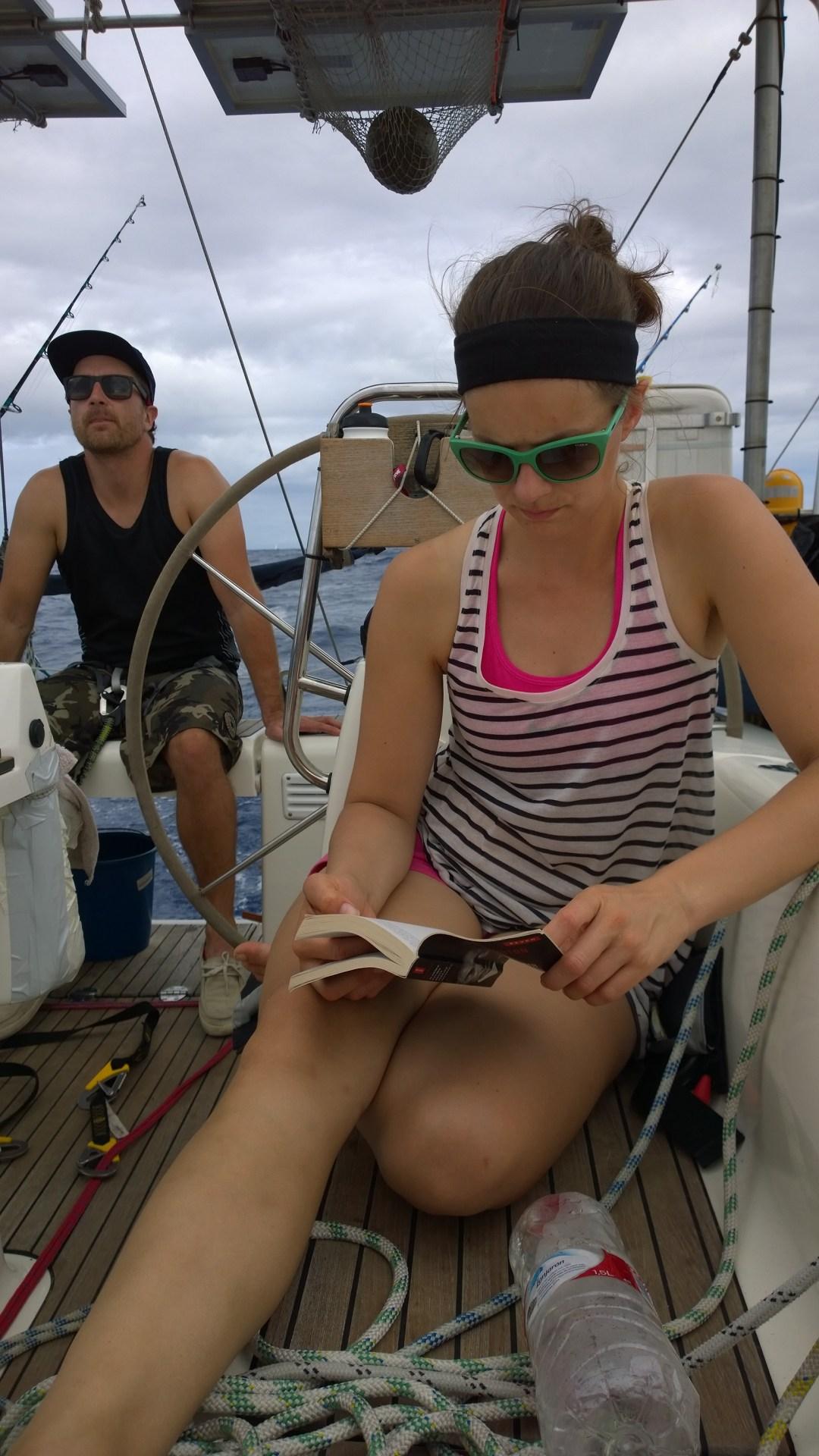 Meikä kirjanryöstössä. En ole aikaisemmin pystynyt lukemaan veneessä huonon olon vuoksi, joten en varannut kirjoja mukaan. Keskityin ottamaan muilta kesken olevia kirjoja luettavaksi. Mikä tahansa kirja, jos se vain oli jollain kesken, kelpasi!