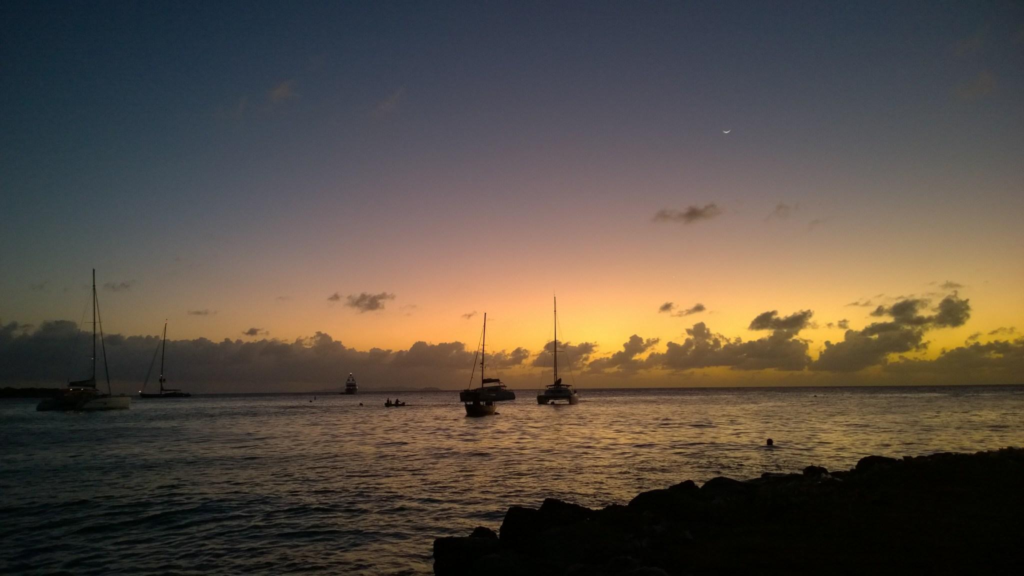 Veneet auringon laskiessa. Lahteen oli parkkeerannut kattava valikoima superjahteja.