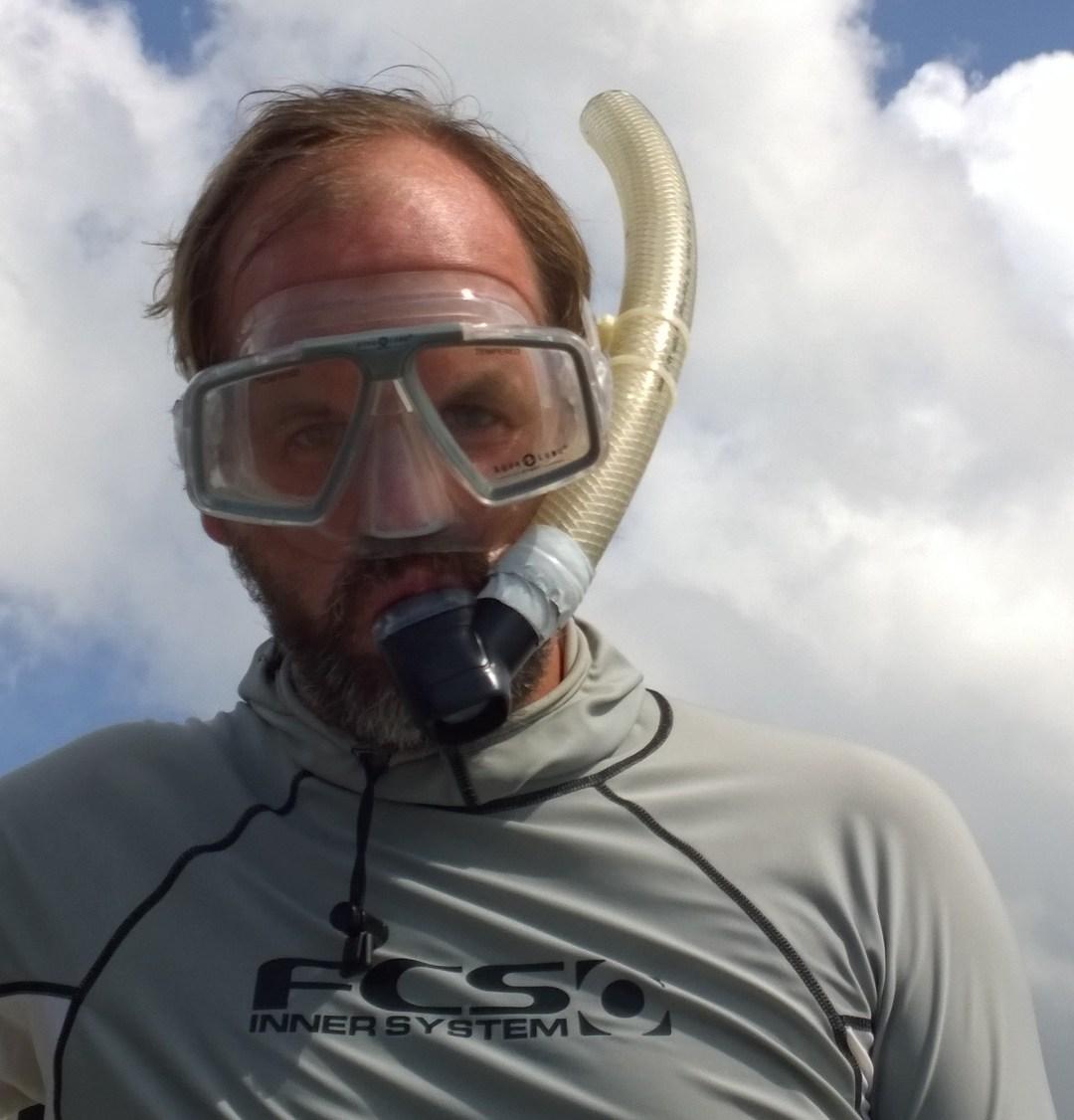 Veneestä ei millään löytynyt yhtä snorkkelin putkea, joten oli aika askarrella… Letkun pätkä toimi kuulemma yllättävän hyvin ja mikä ei jeesusteipillä tokene, niin sitä ei tarvita!