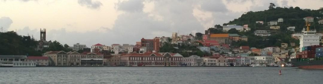 Grenadan kaupunki satama-altaasta käsin.