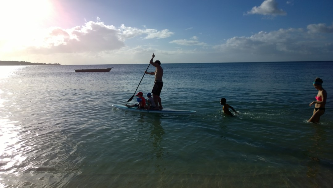 Perheet Forsman-Kanerva + Willför ovat saapuneet Karibialle. Jusa kyyditsee Matiasta ja Joshuaa SUPilla. Hetkisen kuluttua laudasta roikkuu myös paikallinen vahvistus.