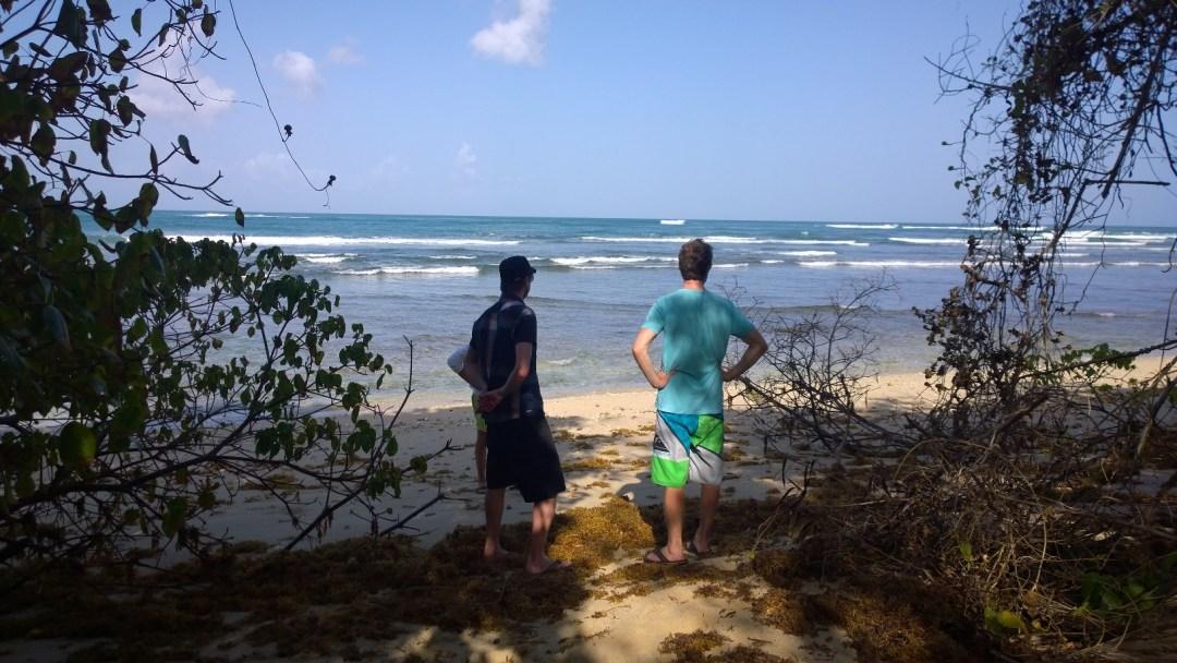 Surffailuun kuuluu olennaisesti spottien katsastelu. Ensin täytyy käydä katsomassa ehkä noin sadassa paikassa aaltoja ja ihmetellä onko tämä nyt hyvää vai olisko jossain muualla parempaa. Tässä eka mesta. Ei kelvannut.