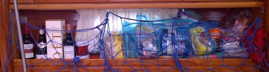 Olohuoneeseen viritetyn verkon takana on yksi kuiva-ainekaappi. (Oii, siellähän on pullo Möettiä! Masa toi sen meille tuliaisiksi ja avata saa kuulemma sitten kun ollaan Jaakon kanssa kahdestaan!)