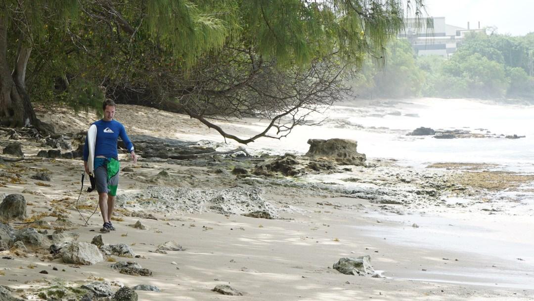Barbados: Surffimieskuva Jussista. En ehtinyt saada Jussia linssille aalloilla, koska hän oli vähän eri mestassa kuin loppujengi. Mutta rantakuva toimii aina!