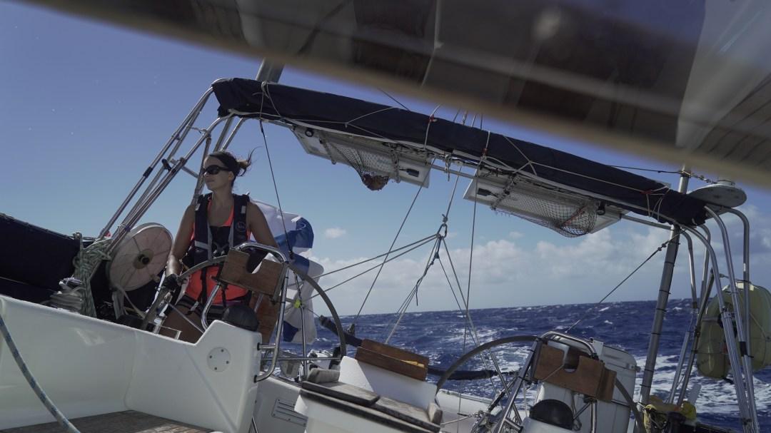 Tuuli alkaa ja aurinko paistaa! Tarkkailen seuraavaa mahdollista aaltoa, joka yrittää heittää veneen poikittain kulkusuuntaamme. Muutama todella hyvän kokoinen osui kohdalle!
