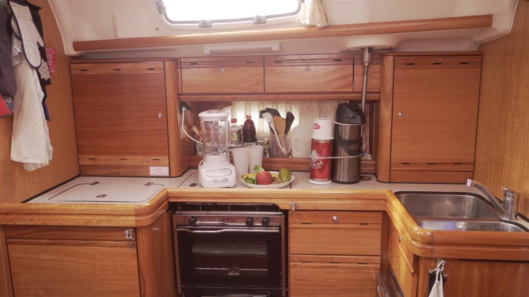 Kun tarvitsee lisää tilaa ruoan laittoon, voi hellan kannen laittaa kiinni ja voila, laskutilaa löytyy!