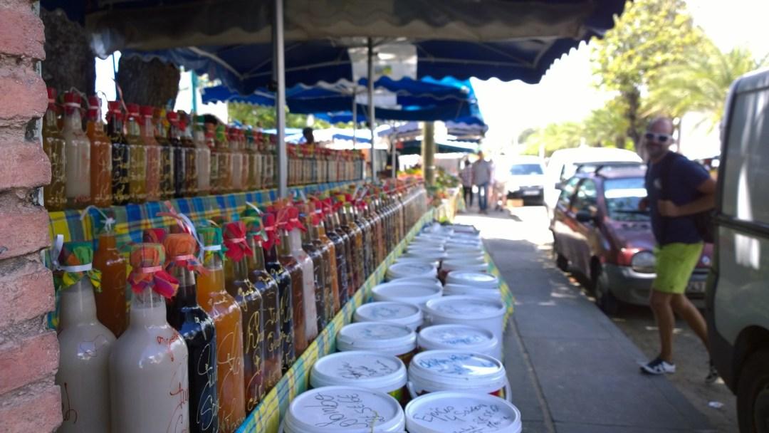 Rantaraitilla on myynnissä hedelmiä, mausteita ja kaiken moista turistikamaa.
