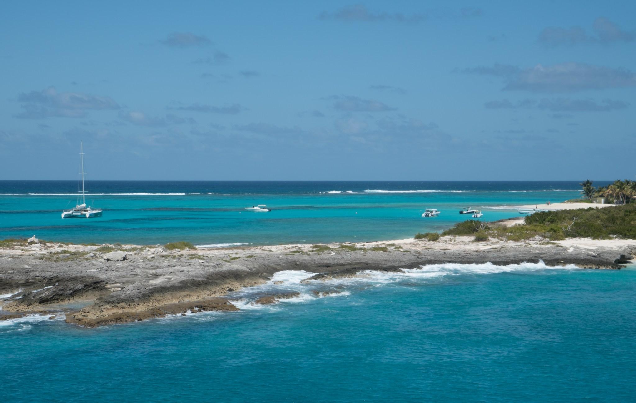 Hinasimme Jaakon mastoon ottamaan kuvia. Saaren toisen puolen ranta pilkottaa kuvista.