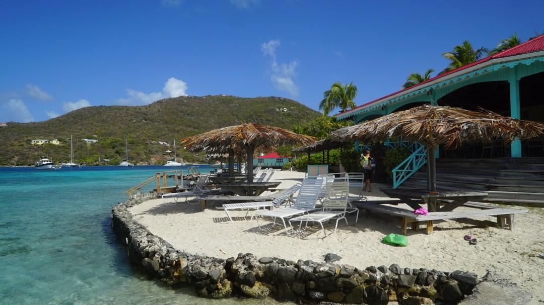 Saaressa on ravintolat ja pikkuhotelli sekä kauppa. Aikka pittoreski ympäristö.
