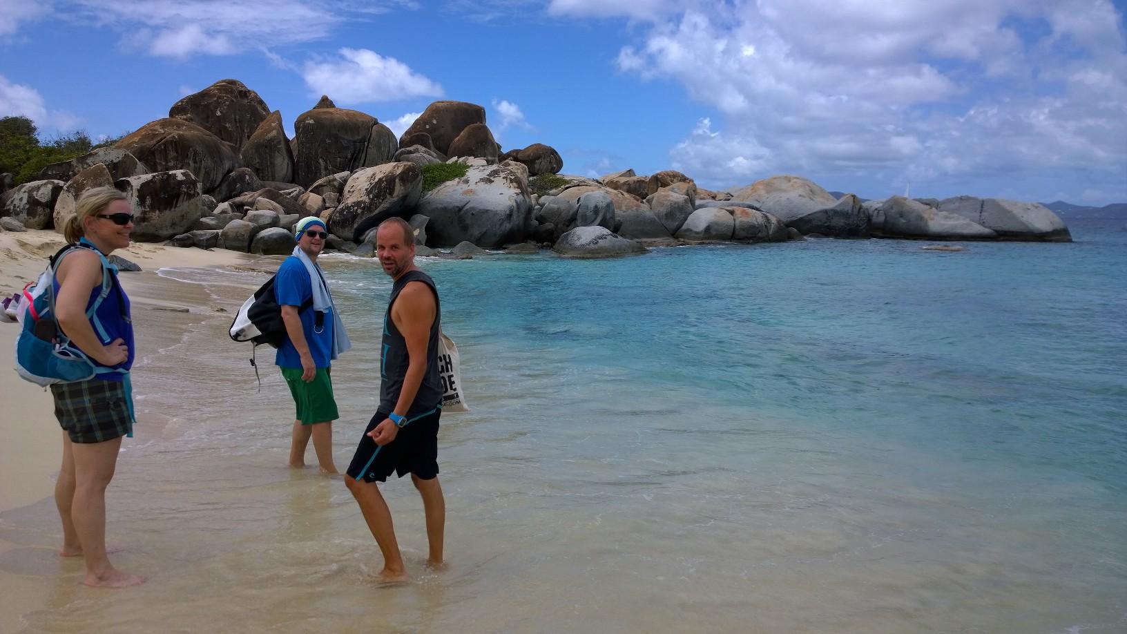 Devil's Bayssa. Vietimme aikaa taustalla olevien kivien päällä istuen ja snorklaillen.