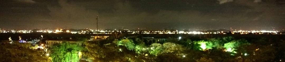 Näkymät vanhan kaupungin muurilta pimeän aikaan.