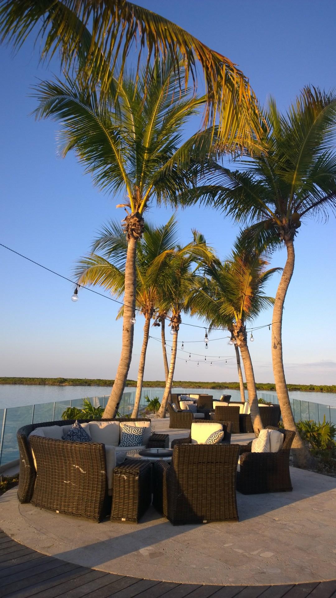 Satman ravintolan pikkuinen illallispaikka palmujen katveessa.