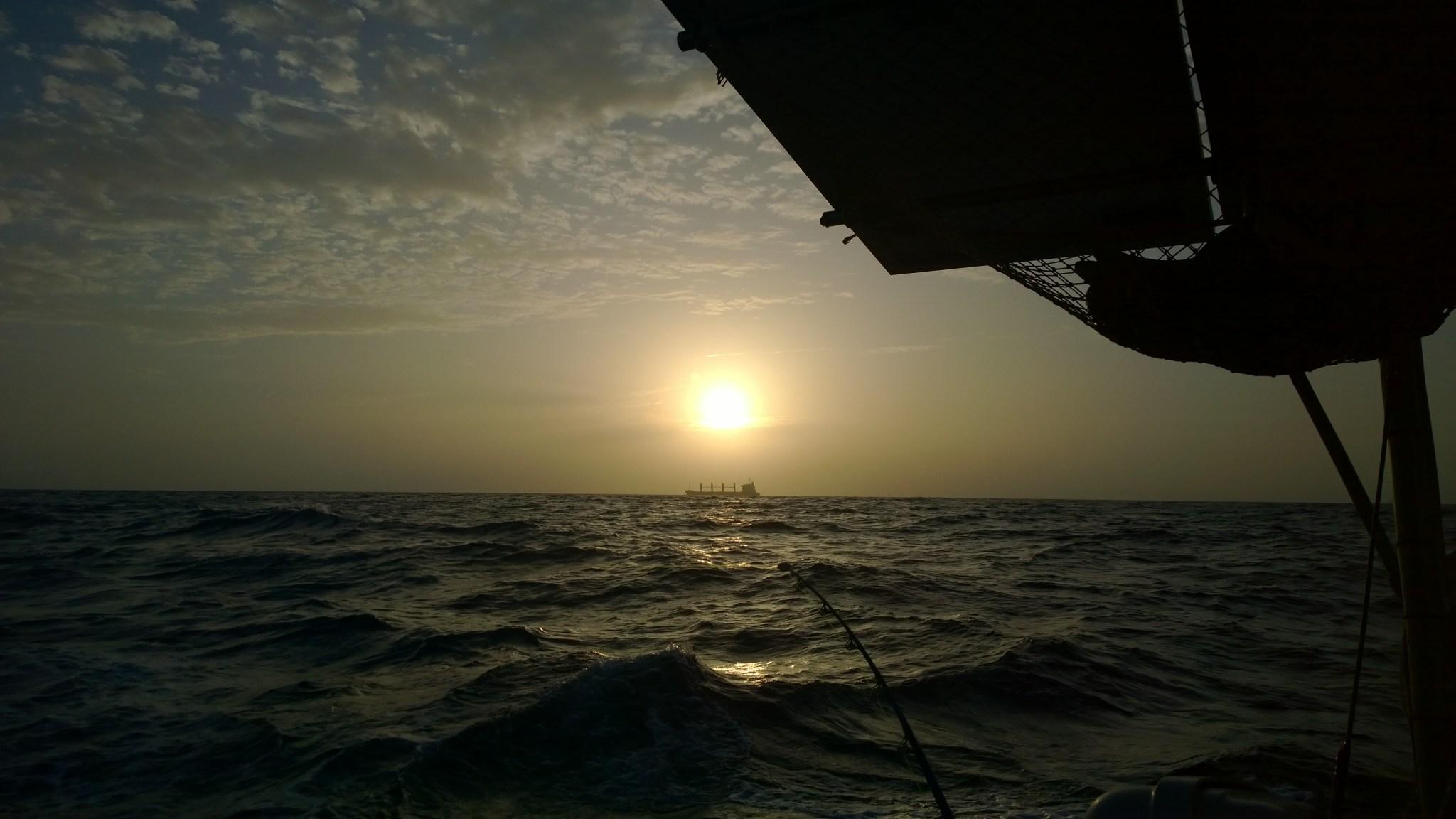 Näimme kerralla horisontissa kaksi laivaa! Aikamoinen tapaus! Kala ei syönyt, vaikka uistinta vaihdettiin joka päivä ja kokeiltiin erilaisia kalamiehen kikkoja. Yksi lintu meinasi syöksyä vieheeseen kiinni, onneksi jätti väliin.
