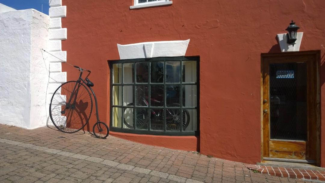Vanha ja uusi pyörä vierekkäin.
