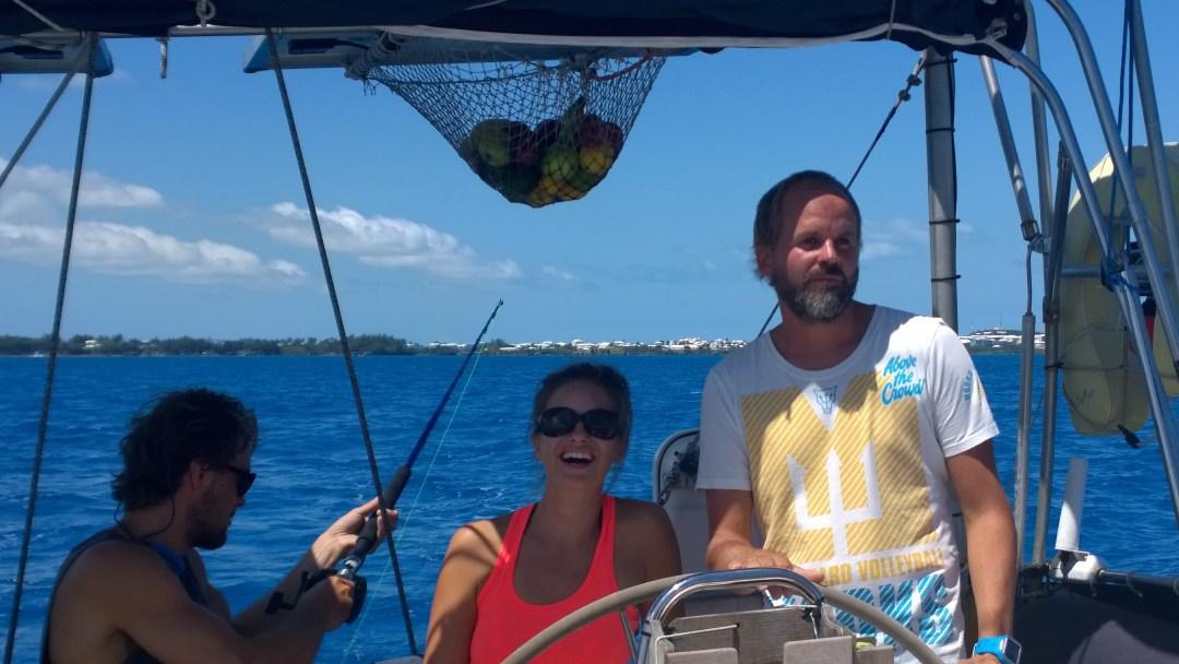 Bermuda näkyy vielä taustalla, kun Ossi on jo laskenut vieheen vesille. Suunnistelemme riuttoja väistellen kohti koillista.