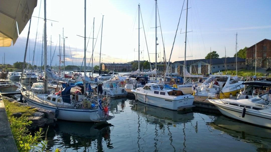 Saimme yhden viimeisistä vierasvene-paikoista ja kävimme Valimon terassilla.