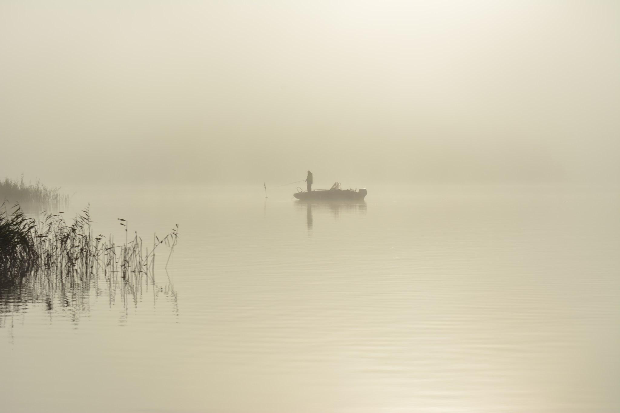 Vielä yksi kuva aikaisin heränneestä kalastajasta, sitten oli pakko lähteä matkaan, vaikka kuinka teki mieli jäädä pyörimään kotimaisemiin.