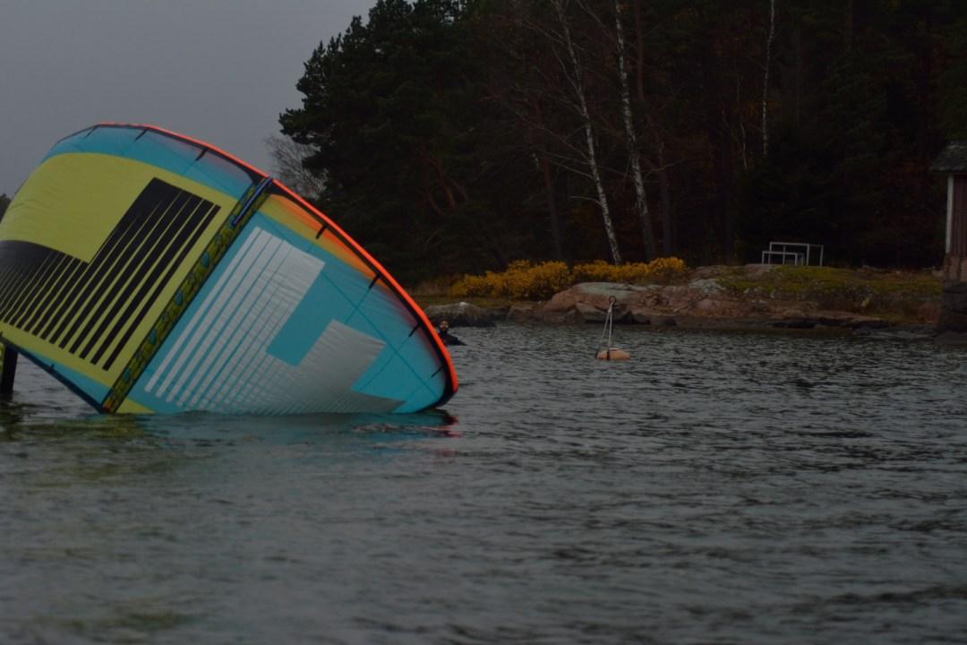Mutta siihen se tuuli loppui... Kävin hakemassa vedessä lilluvan Jaakon Busterilla kotiin.