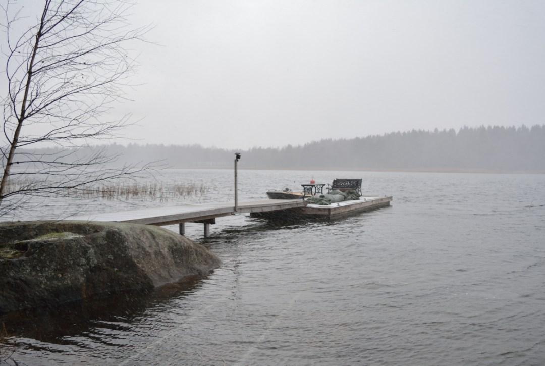 Aamulla vesi oli vielä korkealla, vaikka vähän oli tullutkin alaspäin. Normaalisti laiturimme siltaosa on alaspäin kallellaan, mutta nyt se oli vaakasuorassa laiturin kanssa.