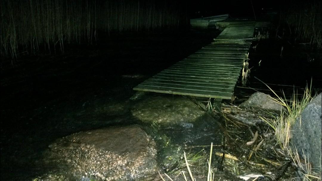 Kuva on kovin suttuinen... Mutta siinä se laituri on ja pitkä kävelysilta. Kuvanottohetkellä vesi ei vielä lainehtinut sillalla.