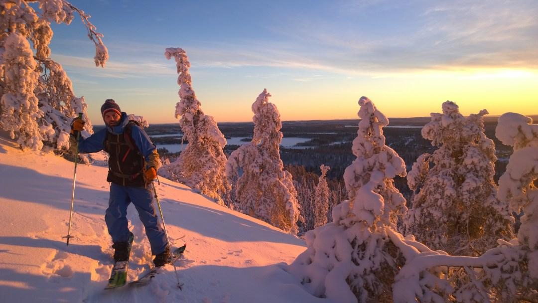 Jaakko ja kaverit kävivät kiipeilemässä tunturille puhtaita laskulumia etsien. Tässä ollaan menossa ylöspäin ensimmäisen päivän auringon pilkahduksen aikaan.
