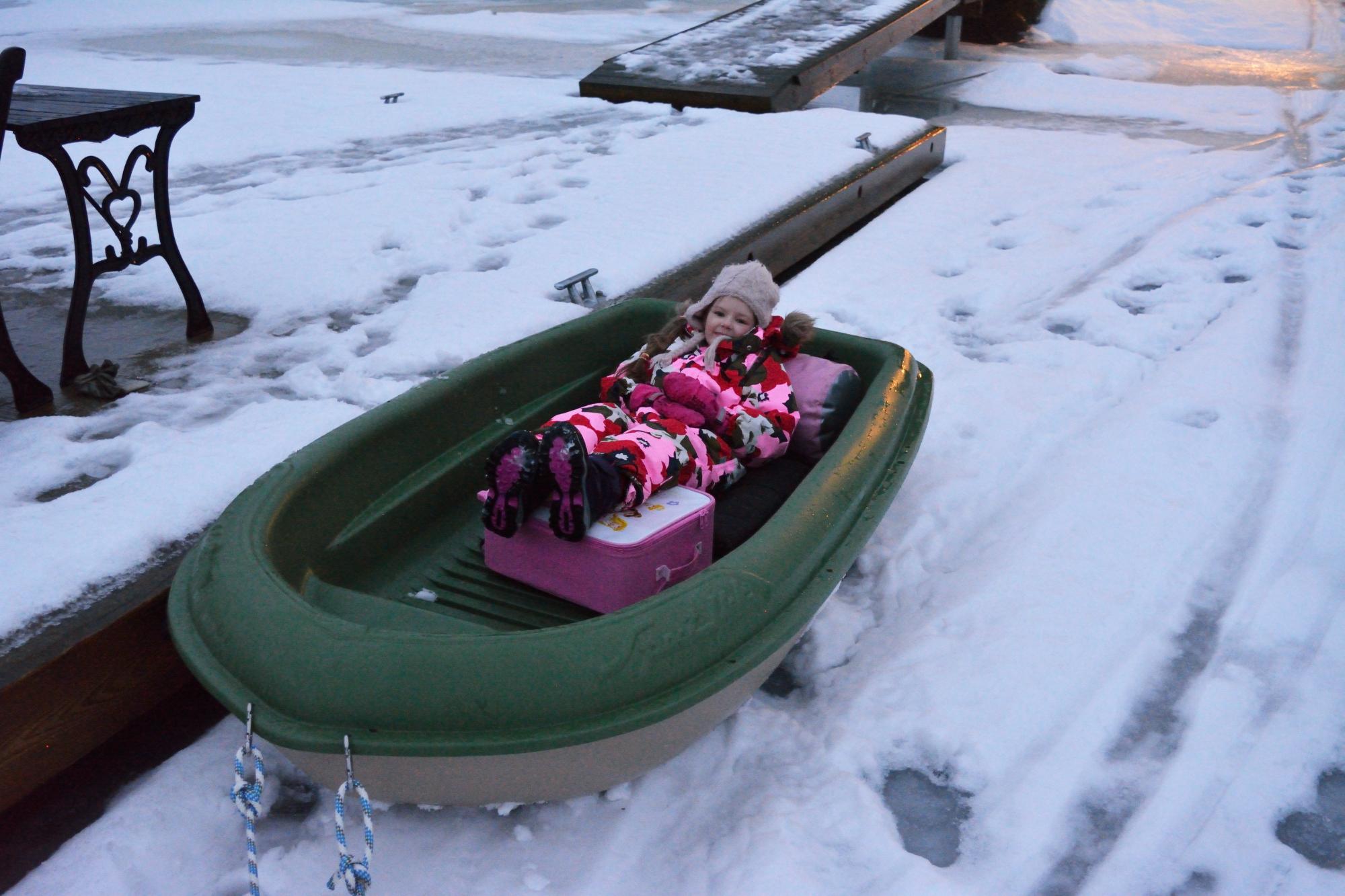Aamulla ei enää pyryttänyt ja Milla teki olonsa mukavaksi pikkuveneeseen.