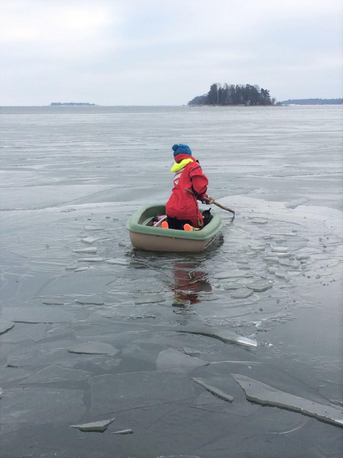 Sitten veto. Jää oli niin paksua, että jouduin melkein vetämään veneen jäälle ennen kuin se meni rikki.