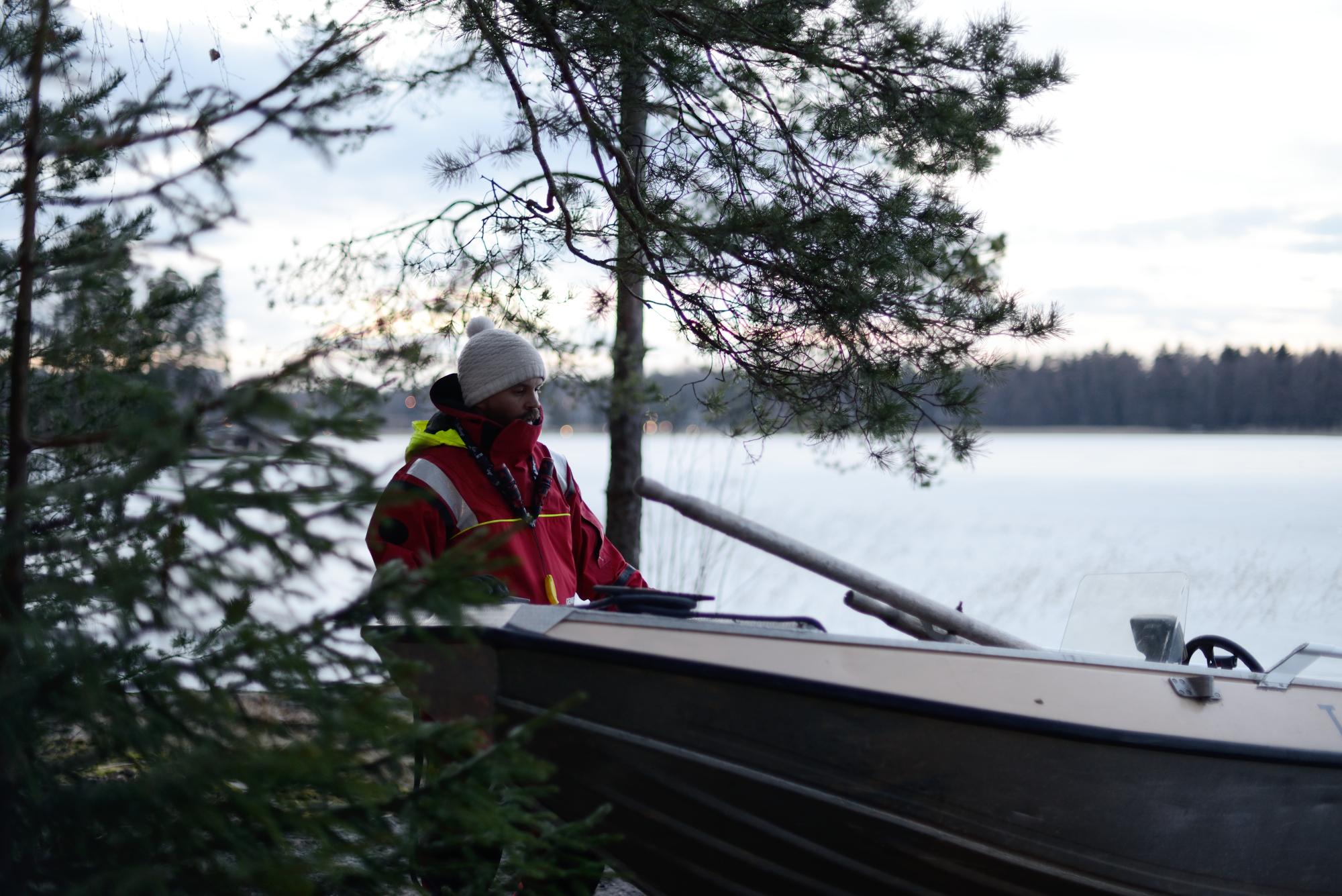 Jaakko pohtii veneen tiputtamista jäälle.