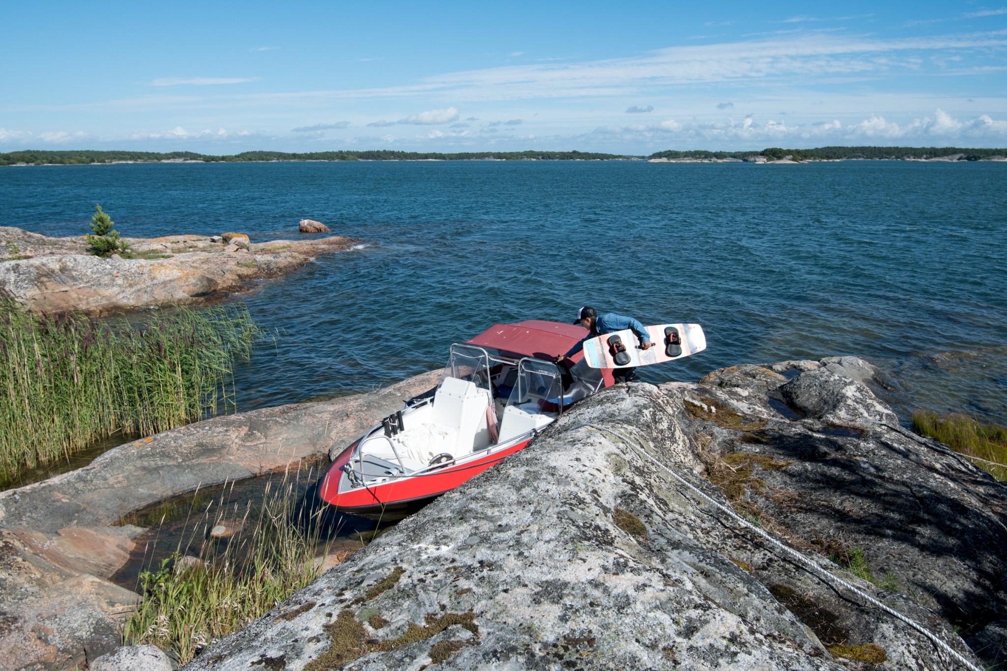 Pikku-alumiinivene meni täydellisesti parkkiin luonnon venevalkamaan.