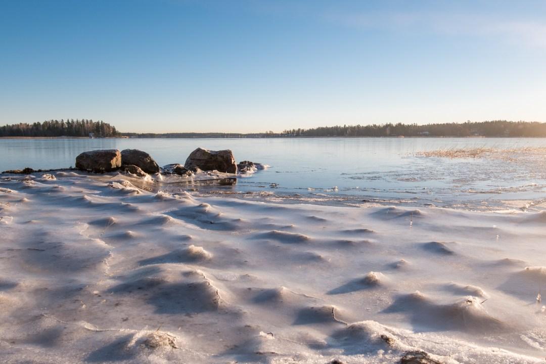 Eilen yöllä vesi oli korkealla, lähes +40 cm normaalikorkeudesta. Niinpä rannat jäätyivät jääpeitteen alle ja veden vetäytyessä aamua kohti, peittyivät rannan mätäkset ja multapaakut kauniin sileään jääpeitteeseen.
