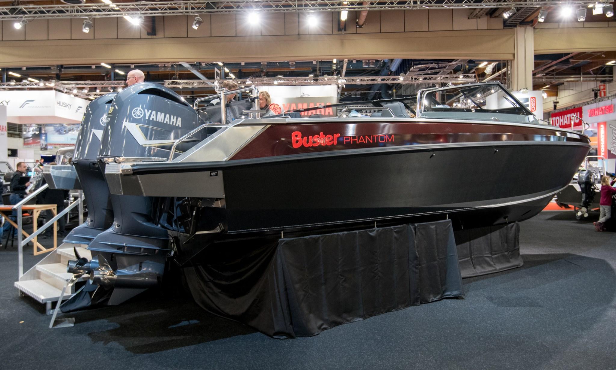 Phantom keräsi ison jonon ihailijoita, eikä syyttä. Siinä on 10 metriä hyvän näköistä jälkeä, joka eroaa melkoisesti Busterin aiemmasta venekannasta.