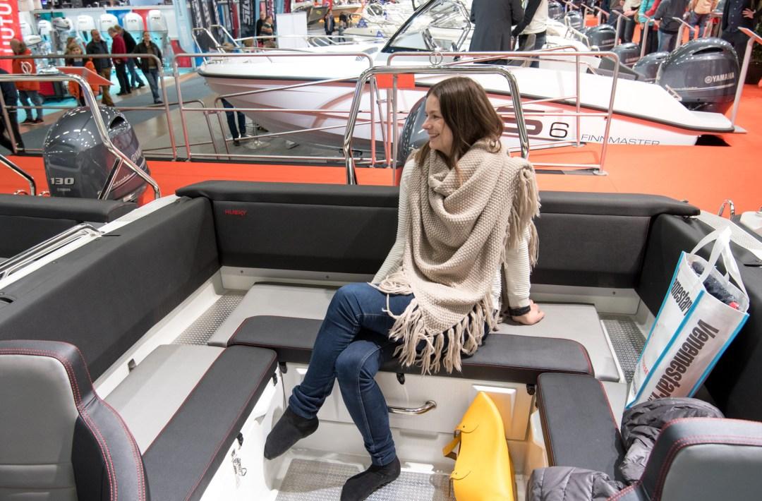 Takapenkilläkin viihtyi! Takaosa laajenee penkeistä sängyksi, jossa voi sitten ottaa torkut veneretkellä!