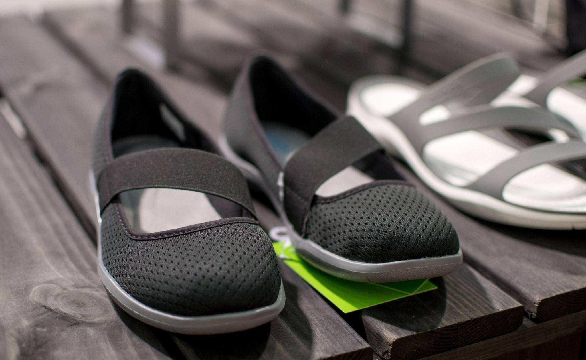 Melkein ostin Crocsit! Kevyet, hyvännäköiset ja helppo sujauttaa jalkaan. Minulla on ollut vähän antipatioita Crocsin molohvi-kenkiä kohtaan, mutta tässä kohtaa jouduin melkein peräytymään periaatteistani. Fanitan salaa myös heidän kevyitä kumppareitaan.