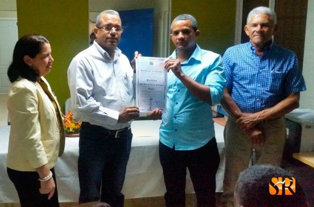 Darío Lantígua entrega a Manuel Ovalle del BIS.