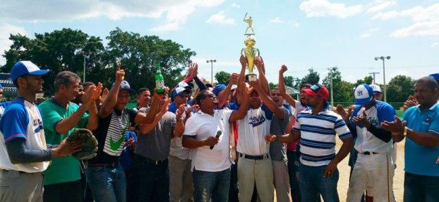 Rumaldo Báez hace entrega simbólica de la copa Presidente al equipo de Mata del Jobo.