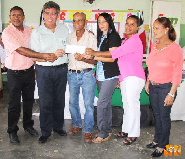 Reciben cheque de 100 mil pesos compra terreno para politécnica.