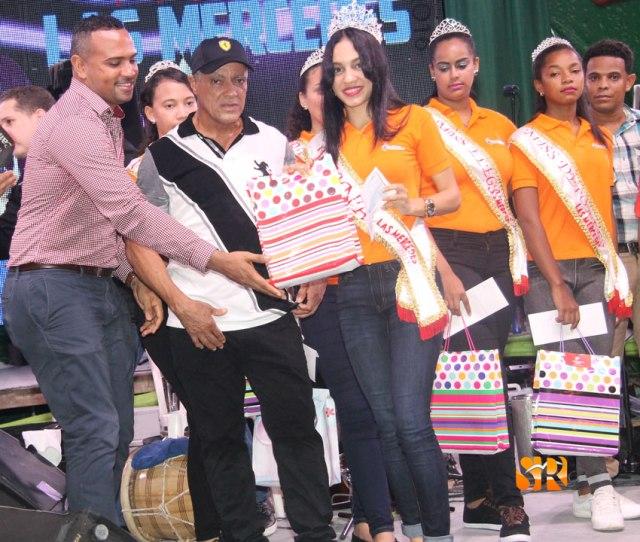 Jaiza Morán recibe cheque del Alcalde municipal de Sabaneta y una Tablet de Romeo Lantígua