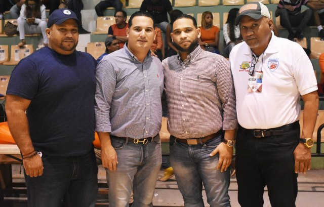 Empresarios residentes en Estados Unidos hacen rifa para niños: Cristian Taveras, Adrian Rodríguez, Cristian Almonte y Modesto Taveras - Presidente de ABASARO.