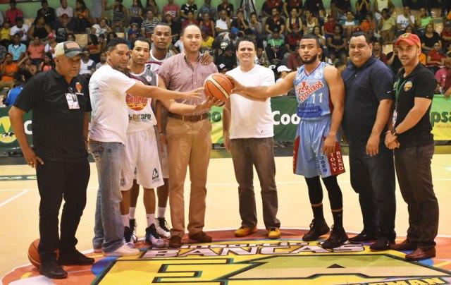 El saque de honor lo hizo el manager campeón de la LNB con el equipo Los Leones, David Díaz.