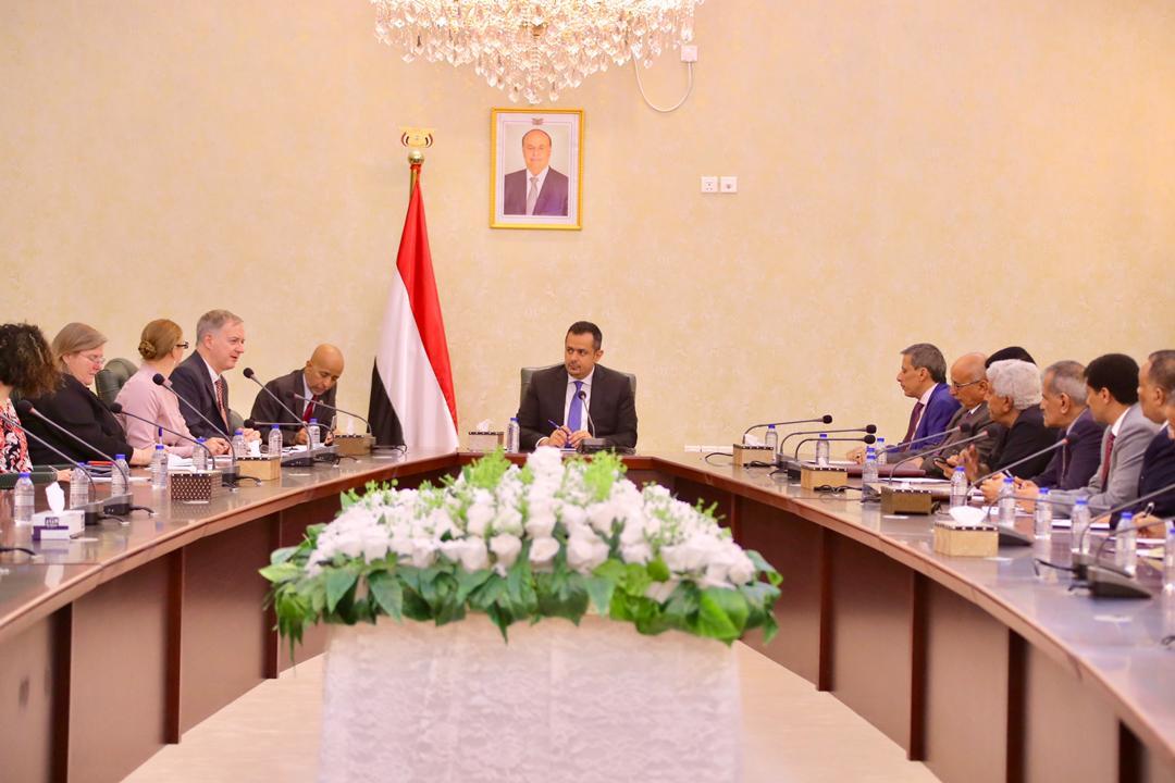 رئيس الوزراء يترأس لقاءاً يمنياً – أمريكياً لتعزيز التعاون بين البلدين الصديقين