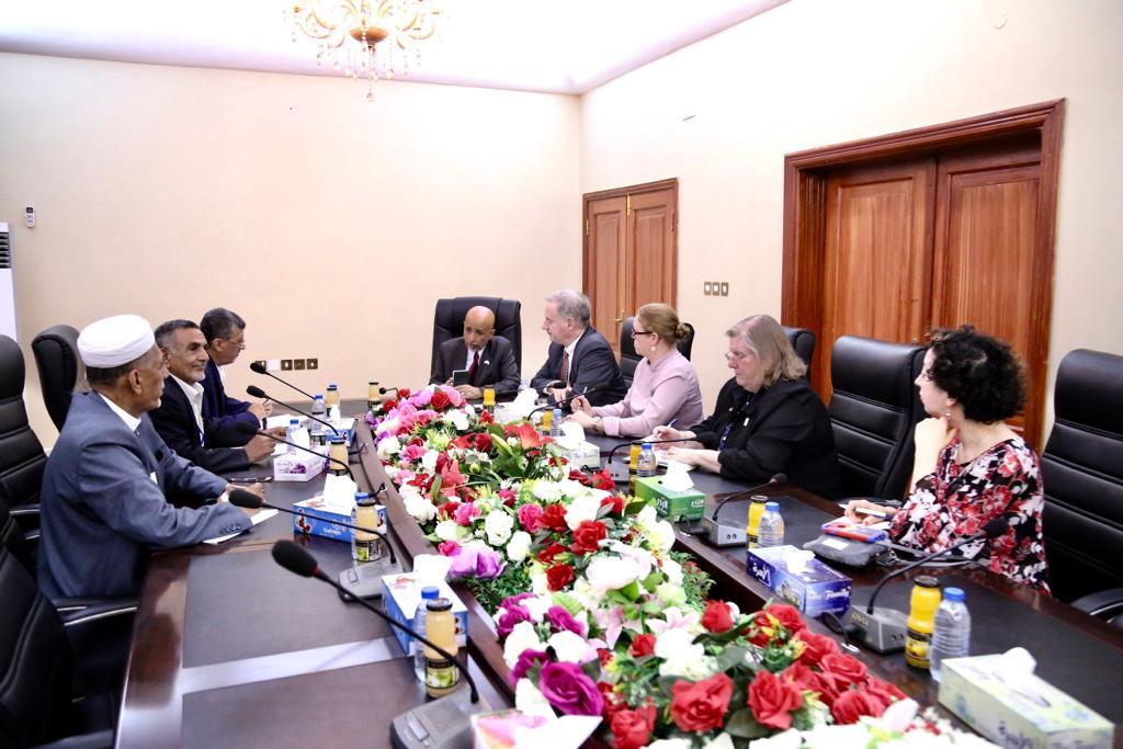 قيادة الغرفة التجارية بعدن تناقش مع السفير الأمريكي الأوضاع الاقتصادية والاستثمارية