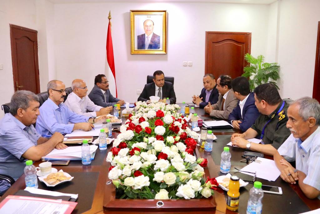 رئيس الوزراء يشدد على تحسين خدمات مطار عدن وزيادة الرحلات الجوية