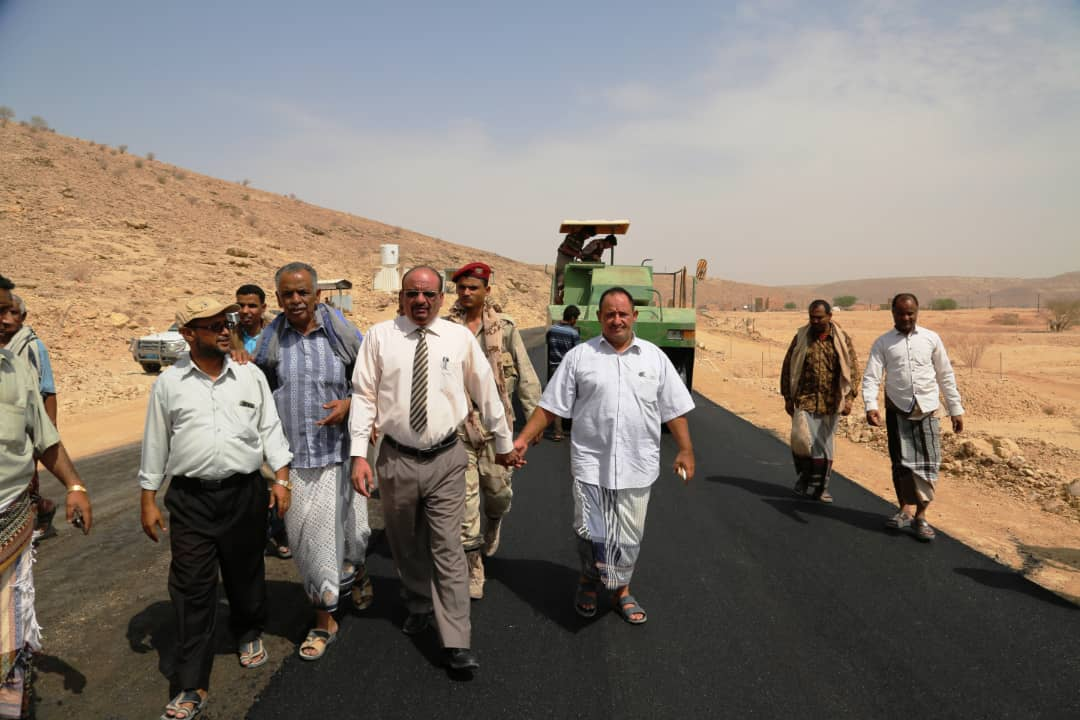 Photo of وكيل حضرموت المساعد يدشن أعمال السفلتة في مشروع طريق ساه – رسب