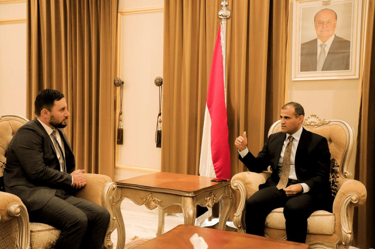 الحضرمي يلتقي سفير نيوزلندا لدى اليمن