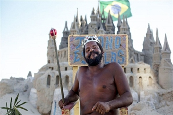 The man who lives in a palace made of sand for 22 years, he considers himself a king