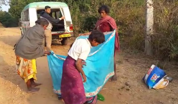 Odisha : Woman gives birth on road as ambulance fails to reach on time