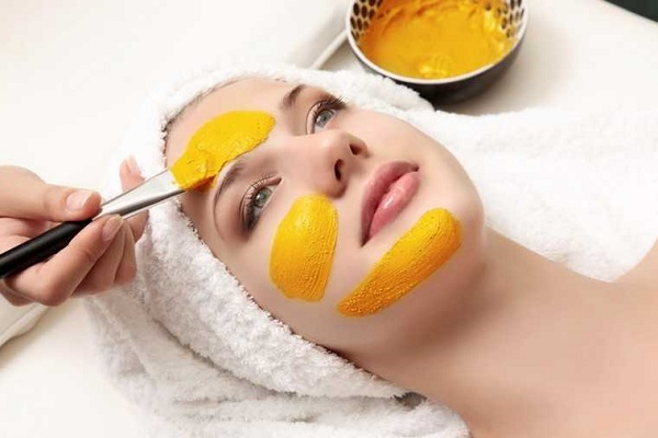 Made of turmeric made to get glowing look, these face packs