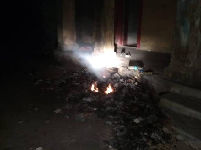 सिरोही जिला चिकित्सालय के मुख्य भवनी के पीछे जर्जर काॅटेज वार्ड के सामने जलता कचरा।