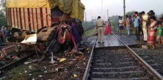 madhya pradesh : truck hits delhi bound rajdhani express in jhabua, 2 coaches derail